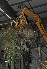 Kompostwerk Bützberg  - Kompostherstellung; Gemeinde Tangstedt, Stormarn. Mit einem Greifer werden die Grünabfälle aufgenommen und in die Zerkleinerungsanlage / Schredder transportiert.