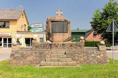 """Gedenkstein """"Zum ehrenden Gedächnis unserer lieben im Weltkriege 1914-1919 Gefallenen"""" - Gemeinde Wilstedt."""