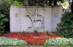 Husarendenkmal in Schleswig - Relief Husar auf Pferd; Inschrift: Unseren gefallenen Kameraden 1914 - 1918.