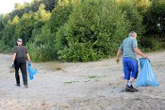 Reinigung vom Strand des Baggersees / Badesees durch Mitarbeiter der Gemeinde Tangstedt.