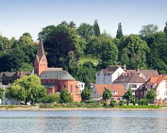 Blick über die Schlei in Schleswig - Kath. St. Ansgar Kirche - Wohnhäuser.