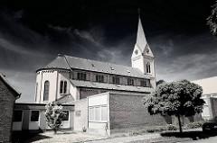 St. Ansgar Kirche in Schleswig; historische und moderne Architektur.