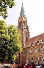 Kirchturm vom St. Petri Dom in Schleswig.  Im Vordergrund ein Teil vom Bischofshof / Bischofsplast; erbaut Mitte des 15. Jhd.