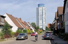 Wikingturm / Wohnhochhaus in Schleswig an der Schlei Architekt Horst Günther Hisam - Höhe 90m / 21 Stockwerke sollte 1972 fertig gestellt werden; endgültige Fertigstellung nach Zwangsversteigerung etc. um 1977. Einzelhäuser und parkende Autos, Radfah