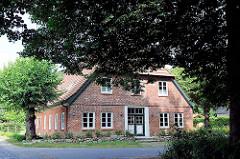 Bauernhaus zwischen Bäumen in Wulksfelde; Gemeinde Tangstedt - Kreis Stormarn.