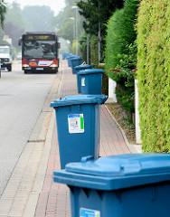 Blaue Tonnen, Altpapiertonnen - Wilstedt Siedlung; Gemeinde Tangstedt; Bus auf der schmalen Strasse.