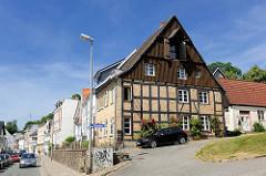 Historisches Fachwerkhaus mit Holzfassade und Winde unter dem Dach - Strasse Lollfuss in Schleswig.