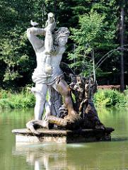 Herkulesfigur am Spiegelteich beim Schloss Gottorf in Schleswig.