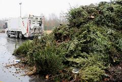 Kompostwerk Bützberg  - Kompostherstellung; Gemeinde Tangstedt, Stormarn. Fahrzeug Stadtreinigung Hamburg / Grünabfälle - alte Tannenbäume, Weihnachtsbäume.