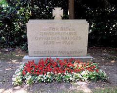 Gedenkstein mit weissen und roten Begonien bepflanzt - Inschrift Für die Gefallenen und Opfer des Krieges 1939 - 1945 / Gemeinde Tangstedt.