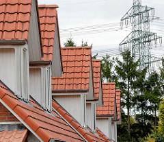 Neubauten, Reihenhäuser - Erkerfenster mit Dachpfannen eingedeckt; Architekturfots aus Friedrichtsgabe, Norderstedt.