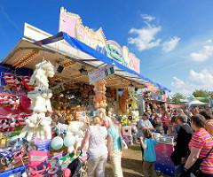 Stadtfest Norderstedt - Spektakulum; bunte Losbude, Besucher - blauer Sommerhimmel mit weissen Wolken.