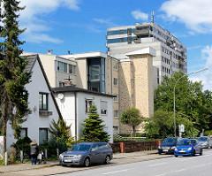 Wohnhäuser unterschiedlicher Architekturstile in Garstedt / Norderstedt, Berliner Allee.