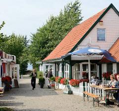 Restaurant Zur Strandhalle - altes Fachwerkhaus in Arnis am Ufer der Schlei.