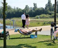 BesucherInnen im Stadtpark Norderstedt am Seeufer.