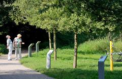 Baumpfad im Ossenmoorpark in Glashütte, Norderstedt - Schilder erklären die unterschiedlichen Baumarten.