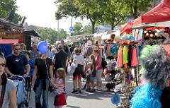 Stadtfest Norderstedt - Spektakulum; Besucher zwischen bunten Ständen.
