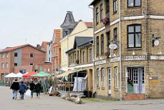 Hafenpromenade in Kappeln - alte Speichergebäude, Industriearchitektur zu Restaurants und Geschäften umgenutzt.