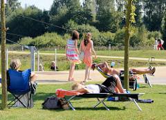 StadtparkbesucherInnen in Norderstedt - Spaziergängerin und Sonnenhungrige.