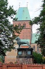 Ratzeburger Dom - romanische Backsteinarchitektur, ab 1160 erbaut; gestiftet von Heinrich dem Löwen als Bischofskirche des Bistums Ratzeburg. Der Ratzeburger Dom gehört neben dem Schweriner, Lübecker, Brauschweiger Domzu den sogen. Löwendome - eine R