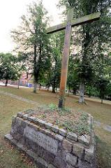 Mahnmal mit Holzkreuz beim Ratzeburger Dom - Inschrift VERGESST DEN DEUTSCHEN OSTEN NICHT.