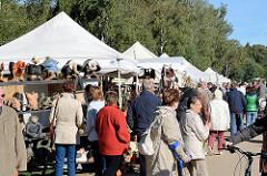 Herbstmarkt - Kunsthandwerkermarkt im Norderstedter Stadtpark - weisse Zelte, Marktbesucher.