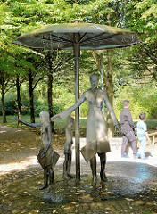 Bronzeskulptur, Bürger im Park, Künstler Hans-Joachim Frielinghaus in der Rathausallee der Stadt Norderstedt.