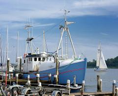 Fischereiboot am Ufer der Schlei in Arnis - Segelboot unter Segeln auf dem Wasser.
