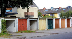 Garagentore in unterschiedlichen Farben gestrichen - mehrstöckige Wohnhäuser; Fotografien aus Friedrichsgabe, Norderstedt.
