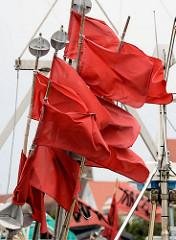 Rote Fahnen, Flaggen - Positionsfahnen; Fischereiboote im Fischereihafen von Kappeln, Schleswig-Holstein.