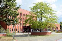 Blick zum Amtsgericht Norderstedt - Architektur der 1970er Jahre.