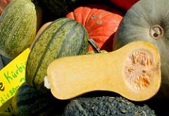 Herbstmarkt - Kunsthandwerkermarkt im Norderstedter Stadtpark - aufgeschnittener Kürbis; Kürbisfrucht.