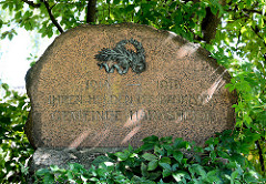 Detail Kriegerdenkmal Norderstedt / Harksheide - Inschrift IHREN HELDEN DIE DANKBARE GEMEINDE HARKSHEIDE.