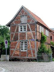 Historische Architektur in Ratzeburg - altes Fachwerkhaus bei der Domhalbinsel - Kopfsteinpflaster.