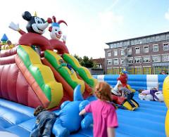 Stadtfest Norderstedt - Spektakulum; Jahrmarkt - Kinder auf einer Hüpfburg.