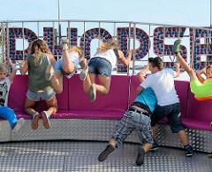 Stadtfest Norderstedt - Spektakulum; Jugendliche im Superhopser fliegen hoch.