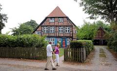 Historisches Fachwerkhaus mit Holzzaun - Bilder aus Ratzeburg.