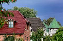 Verschiedenfarbige Dächer - Einzelhäuser Wilstedt Siedlung; Gemeinde Tangstedt.