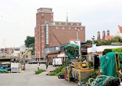 Kai im Fischereihafen von Kappeln - im Hintergrund der ehem. Getreidespeicher - erbaut 1936.