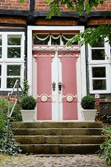 Historische Tür mit farblich abgesetzten  Dekorelementen; Fachwerk - Steintreppe und Kopfsteinpflaster; Fotos aus Ratzeburg.