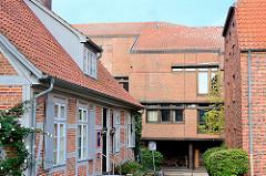 Historische und moderne Architektur - Bilder aus Ratzeburg; lks. Fachwerkhaus, Ernst Barlach Museum.