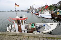 Fischereihafen in Kappeln an der Schlei - Fischerboote liegen am Kai.