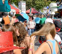Stadtfest Norderstedt - Spektakulum; Besucher zwischen bunten Ständen / Hutstand.