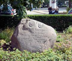 Findling am Marktplatz von Harksheide / Norderstedt - Inschrift CARL LANGE, BÜRGERMEISTER VON HARKSHEIDE - 1946 - 1969; Stadtrat der Stadt Norderstedt 1970 - 1974.