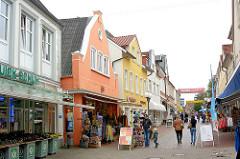 Fussgängerzone Schmiedestrasse in Kappeln - Einzelhandel, historische Architektur - farbige Hausfassaden.