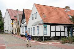 Historische Architektur - Wohnhäuser;  die beiden vorderen Häuser haben Utluchten / Ausluchten - ebenerdiger Standerker, die einen Einblick in die Strasse ermöglichen.