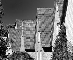 Einfamilienhäuser - Spitzdächer; schwarz-weiss Aufnahme aus Harksheide / Norderstedt.