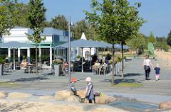 Restaurant / Café am See im Norderstedter Stadtpark; spielende Kinder.