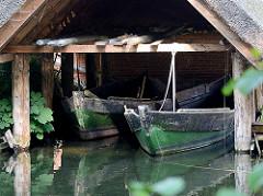 Bootshaus mit Holzboote / Fischerboote am Ufer des Ratzeburger Sees - Hütte mit Reetdach.