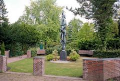 Mahnmal für die Opfer des Zweiten Weltkrieges beim Friedhof Harksheide; Künstler Karl Schubert.